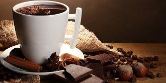Horká čokoláda. Kouzlo s tabulkou čokolády a sklenicí mléka