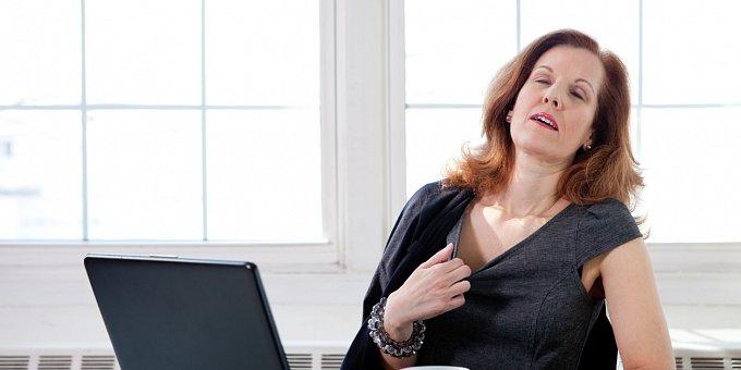Návaly a menopauza? 4 tipy, jak je přežít, když chodíte do práce!