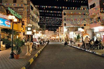 """Noční pohled na hlavní ulici v Hurghadě - Autor: Przemyslaw \""""Blueshade\"""" Idzkiewicz"""