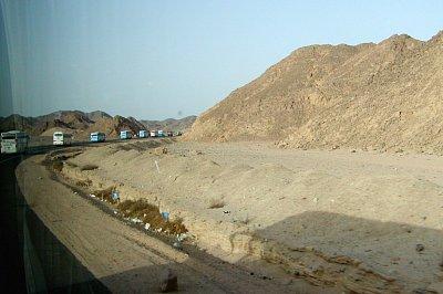 Kolona - Kolona autobusů s turisty není v Egyptě nic neobvyklého