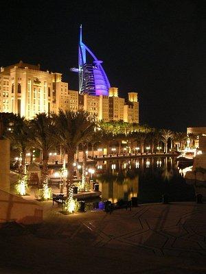 Krásně nasvícený Burj Al Arab