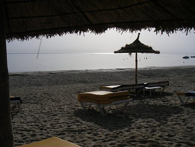 Východ slunce na jižní Tuniské pláži