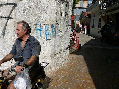 Lefkada - hl. město_5 - Místní muži na místních strojích...