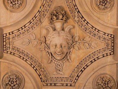 Strop v Louvru-maskaron