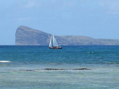 Výhled ze severního pobřeží na ostrov Coin de Mire