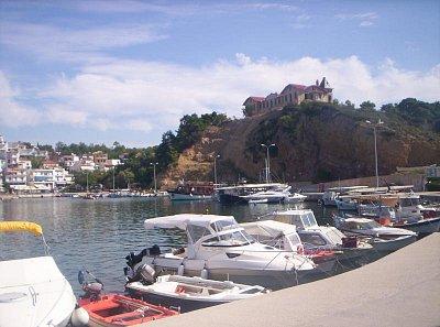 Limenaria - prístav v Limenárii a v pozadi na kopčeku zamoček Palataki, ktory tu postavila nemecka firma Speidel a zacala od roku 1903 ťažiť na ostrove železnú rudu (nahrál: Jana)