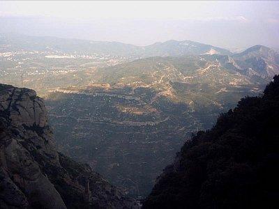 pohled z Montserratu do údolí