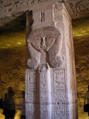Jeden ze sloupů v chrámu Nefertari (nahrál: admin)