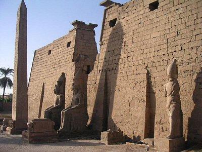 Obelisk a první pylon Ramesse II (nahrál: admin)