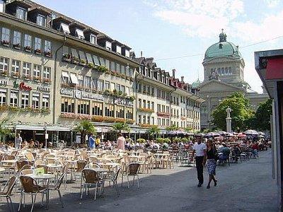 """Bärenplatz - v pozadí Bundeshaus - svýcarský parlament.  Na náměstí je příjemné posezení, říká se \""""na frontě\"""" (nahrál: ryba)"""