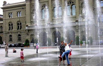 Bundesplatz - Fontána a Bundeshaus. Každý pramen symbolisuje jeden švýcarský Kanton. V sobotu je na tomto místě trh. (nahrál: ryba)