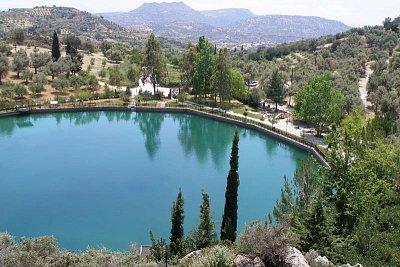 Chovný rybníkv na pstruhy - Poblíž obce Zaros, u soutěsky Rouwas se na chází chovný pstruhový rybník i s restaurací kde vám čerstvou rybu připraví. (nahrál: Libor)