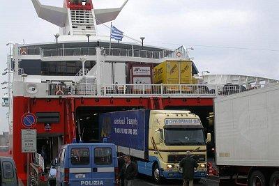 V přístavech vychrlí trajekty ze svích útrob nezpčet aut a lidí (nahrál: Libor)