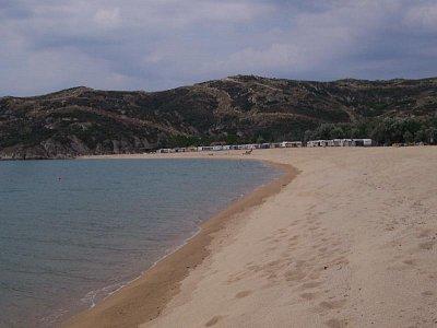 Pláž Sithonia - Pohled na jih. V pozadí Camp. (nahrál: Jaro)