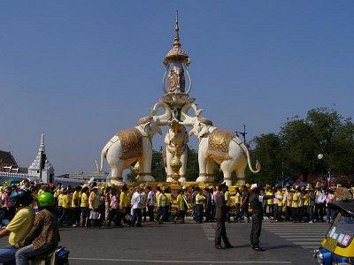 """Blízko kráľovského \""""Veľkého paláca počas osláv osemdesiatín kráľa Bhumibola  (nahrál: V.Revický)"""