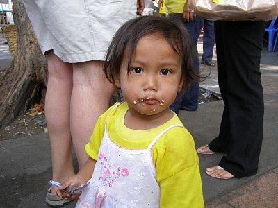Budúcnosť Thajska - Počas osláv narodenín kráľa aj toto asi trojročné dievčatko malo symbol kráľa - žlté tričko.Je úctiva ako dospelí.Za žuvačku,ktorú dostala sa dvakrát uklonila s rikami zloženými pred tvárov.Krásne dieťa,krásny ľudia (nahrál: V.Revický)