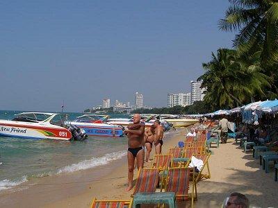 Pláž blízko hotela Mountain Beach Pattaya - príjemné,čisté prostredie s teplým morom.Miesný obyvatelia nedovolia, aby ste boli hladný a smedný.Nemusíte sa okúňať,kľudne sa najedzte  a napite.Nič sa vám nestane. (nahrál: V.Revický)