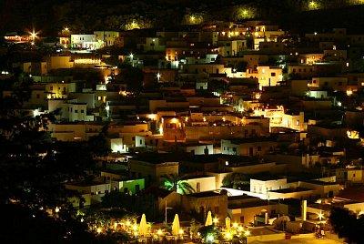 Lindos - Pohled no noční Lindos je opravdu úchvatný (nahrál: Terry)