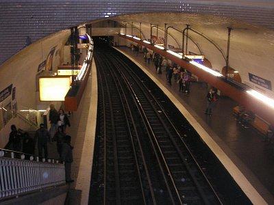 pařížské metro - stanice Louvre (nahrál: Lucie Tichá)