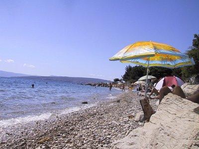 o. Krk - Punat - Jedna z pláží směrem na nuda pláž Akapulka (nahrál: iva2709)
