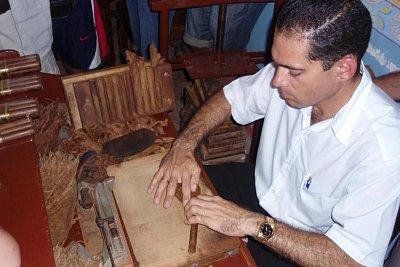 Výroba doutníků - Živnostník, jehož rodina se již po generace zabývá výrobou doutníků, předvádí v Trinidadu tuto profesi turistům. Zároveň si jeho výrobky můžete za rozumné ceny i zakoupit. (nahrál: formas)