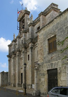 Pantéon Nacional - Pôvodne jezuitský kostol z roku 1755 bol diktátorom Trujillom prebudovaný na miesto posledného odpočinku národných hrdinov.  (nahrál: V.Revický)