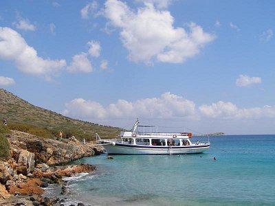 Loď v zátoce  čeká - Zatím co se výletníci koupají, loď čeká a posádka připravuje jídlo (nahrál: Joanna)