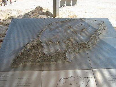 Masada 1.8.2008 - kovový odlitek hory a celého pohledu na zbytky budov (nahrál: honza)