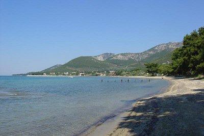 Pláže za Skalou Rachoni - Písek od zbytků mořských travin čistil bagr (nahrál: Milan Pokorný)