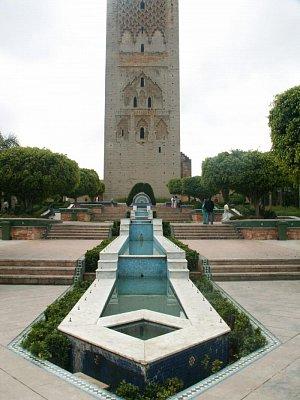 Nedostavěná mešita - Minaret Hassanovy mešity. Tu navrhl El Mansour jako hlavní ozdobu nového vladařského města, nebyla však za jeho života dokončena a po jeho smrti roku 1199 byla opuštěna. Halu mešity zničilo zemětřesení v roce 1755. (nahrál: Petr Kubík)