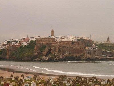 Kasbah des Oudaias - pohled od Salé - Místo prvního ribatu a pevnosti v době vlády Almohadů, Merenidů i Andalusanů, představuje zvláštní, minulost silně evokující čtvrť. Hlavní vstup do kasby - Bab Oudaia - je zřejmě nejkrásnější branou v celém islámském světě. Za hradbami sídlí v paláci ze 17. století Muzeum marockého umění a je zde také nádherná andaluská zahrada. (nahrál: Petr Kubík)