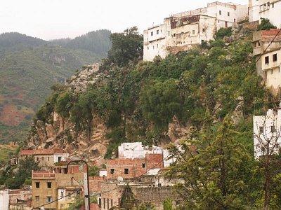 Moulay Idriss - Domy jsou tu ve svahu nalepené jeden na druhý a mezi nimi je spleť klikatících se uliček. (nahrál: Petr Kubík)