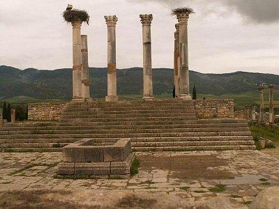 Kapitol - Na jih od baziliky stojí kapitol, chrám věnovaný římské triádě: Jupiter, Juno a Minerva.  (nahrál: Petr Kubík)