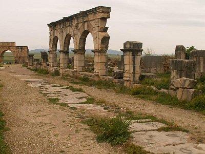 Decumanus Maximus - Hlavní ulice - její průčelí tvořily podle římské a italské módy obchody, vybudované v malinkých kójích. (nahrál: Petr Kubík)