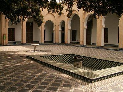 Muzeum Dar Batha - Tento palác byl vybudován na konci 19. století na doporučení sultána Hassana I. a byl dokončen jeho následovníkem Mulayem Abdelazizem. Zabírá plochu asi 4 400 m2. Jsou to vlastně dvě samostatné budovy, spojené riadem (centrálním nezastřešeným dvorem). (nahrál: Petr Kubík)