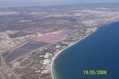 Tunisko Sousse - Pohled na pobřeží Sousse z letadla při odletu. (nahrál: kůzlenka)
