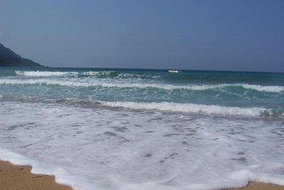 Agios Georgios - ...ač jsme byli na Korfu v sezóně - srpen 2007 - moře bylo neskutečně studené a často foukal nepříjemný vítr.. Jinak ale Korfu doporučuji, příroda je nádherná..:o)  (nahrál: Tylínek)