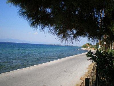 Pohled na moře z rohu zahrady Vily Theo ve Skala Sotiros - Červenec - srpen 2008  (nahrál: Dášulka)