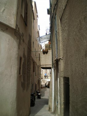 Bonifacio-jedna z mnoha uliček ulička (nahrál: Vlaďka)