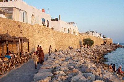 kolonáda jako v lázních - medina od moře je chráněna a vždy tomu tak bylo, jen turisté mají vydlážděné cestičky (nahrál: Jitka0229)