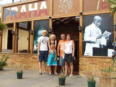 Rodinné foto před restauraci (nahrál: BaR)