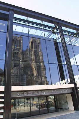 Deux cathédrales - La cathédrale du XIIIe siècle se reflétant dans les façades de la grande médiathèque de Reims (2003) (nahrál: Richard Roy)