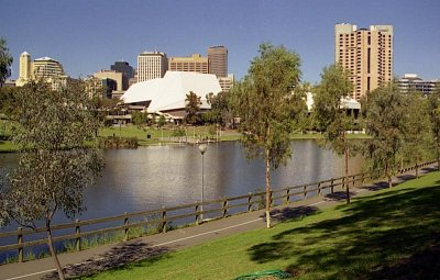 Adelaide Festival Center - Pohled přes řeku Torrens (nahrál: Luboš)