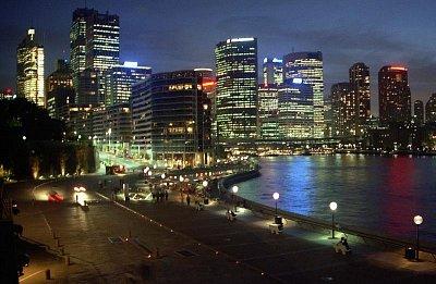 Noční osvětlení - Večerní nálada v osvětleném přístavu, odkud se kolem 20. hodiny vydávají lodě na vyhlídkovou plavbu po přístavu a zátoce Port Jackson (nahrál: Luboš)