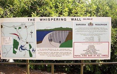 Informační tabule - Zde je popis k The Whispering Wall. Na jedné straně hráze totiž je možno normálním hlasem mluvit do potrubí, které vede podél celé zdi na druhý konec a tam je dotyčný zřetelně slyšet (nahrál: Luboš)