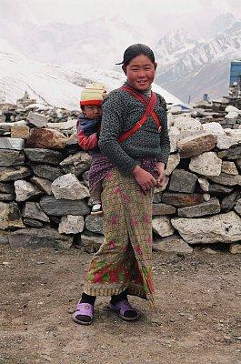 Šerpské maminky se v horském terénu musejí obejít bez kočárku. (nahrál: Bohumil Prazský)