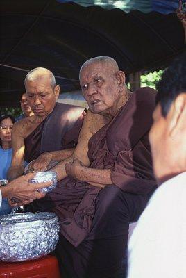 Vážený opat Lungpo Charoen. Tenhle tudong byl jeho poslední - zemřel pár měsíců po návratu do kláštera. (nahrál: Bohumil Prazský)
