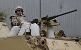 Egyptští vojáci omylem při střelbě na auta turistů zabili dvanáct lidí.