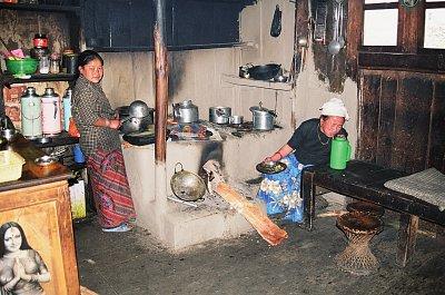 Šerpská kuchyně je zároveň obývací pokoj i ložnice. Množství plechového nádobí ukazuje, jak je rodina zámožná. (nahrál: Bohumil Prazský)