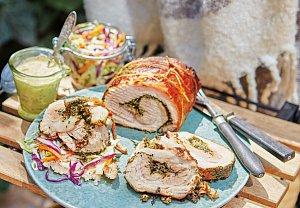 Rolovaný bůček s pestem, salátem a meruňkovou majonézou